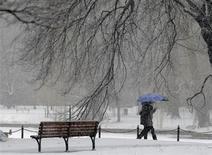Pedestres caminham durante nevasca em Boston, nos Estados Unidos, nesta sexta-feira. 08/02/2013 REUTERS/Brian Snyder