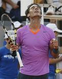 El tenista español Rafa Nadal, avanzó el viernes a las semifinales del Abierto de Viña del Mar en Chile al imponerse por 6-1 y 6-4 a su compatriota Daniel Gimeno-Traver, en un nuevo paso en su recuperación tras más de siete meses de inactividad por lesión. En la imagen, Rafa Nadal celebra su victoria contra Gimeno-Traver en Chile. REUTERS/Eliseo Fernandez