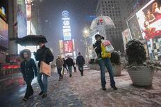 Una tormenta de nieve azotó el noreste de Estados Unidos, causando la muerte de al menos una persona y el cierre de una central nuclear, además de dejar a centenares de miles de personas sin luz y de interrumpir miles de vuelos, dijeron las autoridades y medios de comunicación. Imagen de unas personas pasando por Times Square en Nueva York el 8 de febrero. REUTERS/Keith Bedford