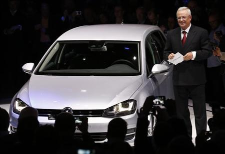 Volkswagen Chief Executive Officer Martin Winterkorn introduces the new Volkswagen Golf model in Berlin September 4, 2012. REUTERS/Fabrizio Bensch