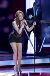 """La cantante australiana ganadora del Grammy Kylie Minogue, intérprete de éxitos como """"Come Into My World"""", ha fichado por el sello discográfico Roc Nation, del rapero Jay-Z, según anunció la compañía en su página web. En la imagen de archivo, Kylie Minogue canta en un concierto benéfico en Berlín el pasado 15 de diciembre. REUTERS/Axel Schmidt/Pool"""