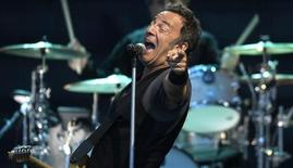 "U.S. musician Bruce Springsteen performs with the E. Street Band during a tour to promote their latest album ""Working on a Dream"", at Zorrilla stadium in Valladolid August 1, 2009. REUTERS/Felix Ordonez"