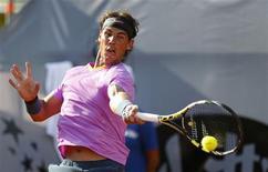 L'Espagnol Rafael Nadal, longtemps blessé au genou gauche, s'est qualifié vendredi pour les demi-finales du tournoi ATP de Vina del Mar au Chili, le premier qu'il dispute depuis Wimbledon en juin dernier. /Photo prise le 8 février 2013/REUTERS/Eliseo Fernandez