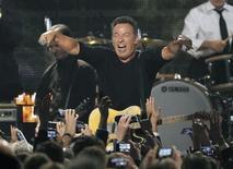 """Bruce Springsteen fue galardonado con el premio MusiCares a la Persona del Año en una acto plagado de estrellas previo a la gala de los Grammy en el que muchos de los grandes nombres de la música como Sting, Alabama Shakes y Neil Young rindieron homenaje al """"Boss"""". En la imagen, Springsteen interpreta """"Born To Run"""" durante la gala de los MusiCares en Los Ángeles. REUTERS/Mario Anzuoni"""