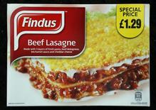 """Le gouvernement britannique s'est indigné vendredi après l'aveu fait par le fabricant de produits surgelés Findus que certains de ses produits censés être faits de viande de boeuf contenaient de la viande de cheval. Findus Suède a également rappelé des milliers de lots de """"lasagnes de boeuf"""" surgelés après des tests montrant qu'ils contenaient de la viande de cheval. /Photo prise le 8 février 2013/REUTERS/Chris Helgren"""