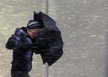 A Boston, dans le Massachusetts. Le nord-est des Etats-Unis est paralysé ce week-end par une tempête de neige, entraînant la fermeture d'une centrale nucléaire, des coupures d'électricité et des perturbations dans les transports terrestres et aériens. /Photo prise le 8 février 2013/REUTERS/Brian Snyder