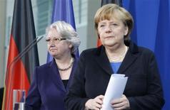 A chanceler alemã, Angela Merkel (direita), e a ministra da Educação, Annette Schavan, comparecem a um pronunciamento à imprensa em Berlim, Alemanha. 9/02/2013