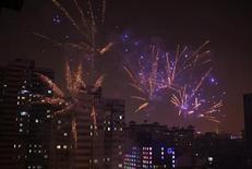 Fogos de artifício iluminam o céu de Pequim em celebrações do início do novo ano chinês. 9/02/2013 REUTERS/Petar Kujundzic