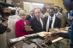 Autoridades y académicos africanos se reunirán en París este mes para abordar cómo reparar y salvaguardar los mausoleos y los manuscritos antiguos que fueron dañados por los rebeldes islamistas en Mali, dijo la UNESCO. Imagen del presidente francés, François Hollande (centro), flanqueado por el presidente provisional del país, Dioncounda Traore (dcha.) y la directora general de la UNESCO, Irina Bokova (izq.), en una visita a los archivos en Tombuctú durante su visita a Mali el 2 de febrero. REUTERS/Fred Dufour/Pool RTR3D9X8
