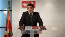 El ex lehendakari Patxi López fue reelegido el sábado secretario general de los socialistas vascos por cuarta vez, en un momento especialmente difícil para un partido que ha perdido mucho apoyo en esta región. Imagen de archivo de López en la rueda de prensa tras las elecciones del pasado mes de octubre en las que el PSE perdió el poder. REUTERS/Vincent West