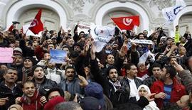 Miles de islamistas se manifestaron el sábado en Túnez, en una demostración de fuerza al día siguiente del funeral de un político de izquierdas asesinado que atrajo la mayor concentración de público vista en el país desde el estallido de la Primavera Árabe hace dos años. Imagen de la manifestación del 9 de febrero en la capital tunecina. REUTERS/Zoubeir Souissi