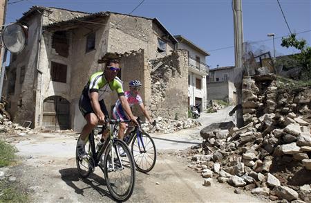 Itlay's former rider and World champion Mario Cipollini (L) with Lampre rider Enrico Gasparotto visit San Gregorio village near L'Aquila during the day off at the Giro d'Italia May 26, 2009. REUTERS/Stefano Rellandini