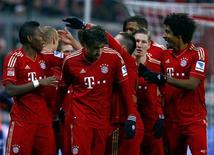 Les joueurs du Bayern Munich après un but contre Schalke 04. Le Bayern a poursuivi samedi sa marche triomphale en tête de la Bundesliga avec une victoire écrasante à domicile 4-0 contre Schalke 04 qui lui permet de compter désormais 15 points d'avance sur le deuxième, le Borussia Dortmund. /Photo prise le 9 février 2013/REUTERS/Michael Dalder