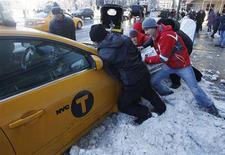 Taxi bloqué par la neige à New York. Le nord-est des Etats-Unis était paralysé samedi par une tempête de neige qui a déjà provoqué la mort de neuf personnes dont cinq dans le seul Connecticut, privé 700.000 foyers d'électricité et entraîné l'annulation de 2.200 vols. /Photo prise le 9 février 2013/REUTERS/Carlo Allegri