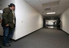 Simulation d'intervention sur une fusillade en milieu scolaire, à Fountain Hills dans l'Arizona. Steven Seagal (à gauche), vieille gloire du film d'action, a prêté ses talents samedi à un groupe de volontaires mis sur pied par un shérif de l'Arizona pour protéger les écoles après la tuerie de Newtown, dans le Connecticut. /Photo prise le 9 février 2013/REUTERS/Darryl Webb