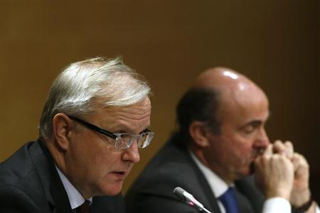 European Economic and Monetary Affairs Commissioner Olli Rehn (L) speaks beside Spain's Economy Minister Luis de Guindos during a joint news conference in Madrid, January 28, 2013. REUTERS/Juan Medina (SPAIN - Tags: POLITICS BUSINESS)