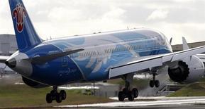 """El consejero delegado de International Airlines Group dijo el sábado que confía en que Boeing podrá superar los problemas de su avión Dreamliner, pero agregó que los inconvenientes de la aeronave podrían tardar """"algunos meses"""" en resolverse. Imagen de un Boeing 787 aterrizando en Everett, Washington en un vuelo de prueba solo con tripulación desde Fort Worth, Texas, el 7 de febrero. REUTERS/Kevin P. Casey"""