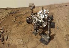 Por primera vez, el vehículo robótico de la NASA que explora Marte, el Curiosity, recogió una muestra de roca que podría ofrecer evidencias de la existencia hace algún tiempo de un ambiente apto para la vida en este planeta, según informó el sábado la agencia espacial de Estados Unidos. En la imagen, el robot Curiosity, en una combinación de docenas de imágenes tomadas mediante el sistema Mars Hand Lens Imager (MAHLI). El brazo robótico donde se situaba la cámara del Curiosity no es visible, al quedar fuera de plano en la combinación de imágenes. REUTERS/NASA/Handout