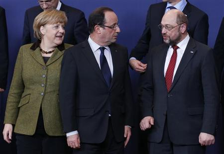 (L-R) Germany's Chancellor Angela Merkel, France's President Francois Hollande and European Parliament President Martin Schulz pose for a family photo during an European Union leaders summit meeting to discuss the European Union's long-term budget in Brussels February 7, 2013. REUTERS/Francois Lenoir