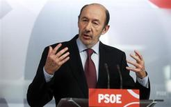 El secretario general del PSOE, Alfredo Pérez Rubalcaba, anunció el domingo que propondrá al resto de partidos políticos cambiar la legislación para impedir a las empresas hacer donaciones a los partidos, como parte de un paquete de medidas contra la corrupción ante los numerosos escándalos que han indignado a los ciudadanos. Imagen de Rubalcaba en una rueda de prensa en la sede central del PSOE en Madrid el 3 de febrero. REUTERS/Stringer