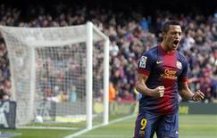 Le Barcelonais Alexis Sanchez après un but inscrit face à Getafe. Le FC Barcelone a écrasé Getafe 6-1 à domicile avec une équipe remaniée et a porté provisoirement son avance à 12 points en tête de la Liga espagnole. /Photo prise le 10 février 2013/REUTERS/Albert Gea