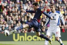 Lionel Messi marcó el domingo su gol número 35 en Liga esta temporada en un partido en el que el Barcelona arrolló en casa al Getafe, venciendo por 6-1, y aumentando momentáneamente su ventaja en el liderato sobre el Atlético de Madrid hasta los 12 puntos. En la imagen, Messi remata a puerta durante el partido contra el Getafe. REUTERS/Albert Gea