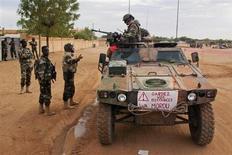 Tropas malienses evitaron el sábado por la noche el segundo atentado suicida en la localidad de Gao, en el norte del país, que pone de manifiesto la frágil seguridad en las zonas retomadas en la ofensiva dirigida por Francia que busca las bases insurgentes islamistas más al norte. En la imagen del 9 de febrero, soldados franceses patrullan en Gao. El cartel pide guardar la distancia. REUTERS/François Rihouay