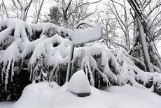 Placa de rua coberta por neve em Manhasset, Nova York, EUA. 9/02/2013 REUTERS/Shannon Stapleton
