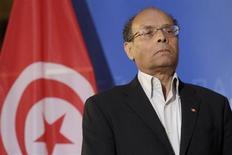 O presidente da Tunísia, Moncef Marzouki, escuta a seu hino nacional no Parlamento Europeu, em Estrasburgo. Marzouki retirou seus três ministros do governo islâmico, dizendo que suas exigências por mudanças no gabinete não foram atendidas. 6/02/2013 REUTERS/Jean-Marc Loos