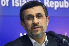 """O presidente do Irã, Mahmoud Ahmadinejad, fala durante coletiva de imprensa no fim de sua visita ao Cairo, no Egito. Ahmadinejad disse neste domingo que Teerã não irá negociar seu controverso programa nuclear sob pressão, mas que conversará com seus adversários se pararem de """"apontar a arma"""". 7/02/2013 REUTERS/Asmaa Waguih"""