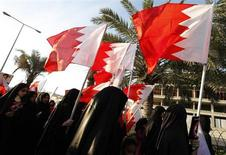 Manifestantes levantam bandeiras barenitas durante protesto organizado pelo principal grupo de oposição do Bahrein, o Al Wefaq, em Manama, Bahrein. 6/02/2013 REUTERS/Hamad I Mohammed