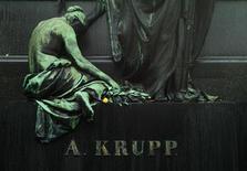 Túmulo do fundador da siderúrgica alemã ThyssenKrupp, Alfred Krupp, em Essen, Alemanha. Empresas que competem pela aquisição das usinas deficitárias da ThysenKrupp no Brasil e nos Estados Unidos estão firmando parcerias como parte de esforços para tornar o investimento mais digerível, de acordo com fontes próximas à transação. 4/12/2012 REUTERS/Ina Fassbender