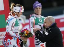 O presidente da suíça, Ueli Maurer (direita), cumprimenta a primeira-colocada, a francesa Marion Rolland (esquerda), próximo à terceira-colocada, a alemã Hoefl Riesch, no pódio do Campeonato Mundial de Esqui Alpino em Schladming, Suíça. 10/02/2013 REUTERS/Leonhard Foeger
