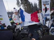Le Français Sébastien Ogier (à droite), ici avec son co-pilote Julien Ingrassa, a remporté dimanche le rallye de Suède à la barbe de son ancien coéquipier Sébastien Loeb pour prendre les commandes du classement du championnat du monde et offrir à Volkswagen sa première victoire depuis son retour en WRC. /Photo prise le 10 février 2013/REUTERS/Micke Fransson/Scanpix Sweden