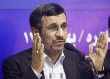 """El presidente iraní, Mahmud Ahmadineyad, dijo el domingo que Teherán no negociará bajo presión sobre su polémico programa nuclear, pero sostuvo que hablará con sus adversarios si dejan de """"apuntar con un arma"""". Imagen de Ahmadineyad en una rueda de prensa el 7 de febrero en El Cairo, al final de su visita a Egipto. REUTERS/Asmaa Waguih"""
