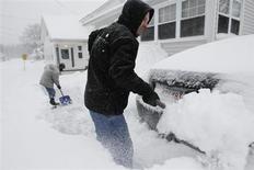 El noreste de Estados Unidos comenzaba a recuperarse el domingo tras una tormenta que acumuló hasta 40 centímetros de nieve en algunas zonas y generó vientos huracanados, dejando un saldo de al menos nueve muertos y cientos de miles de personas sin electricidad. En la imagen del 9 de febrero se puede ver a unos hombres limpiando sus coches en la localidad de Medford, Massachusetts. REUTERS/Jessica Rinaldi