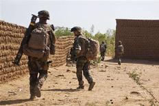 Des militaires français sur les lieux d'une tentative d'attentat suicide à Gao, au Mali. Des tirs entre soldats maliens et insurgés islamistes présumés ont éclaté dimanche à Gao au lendemain d'une deuxième tentative d'attentat suicide, soulignant combien la sécurité reste précaire dans le nord du Mali malgré l'intervention française. /Photo prise le 10 février 2013//REUTERS/Francois Rihouay
