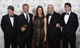 """(esq/dir) Robert Wade, Sam Mendes, Barbara Broccoli, Michael G Wilson e Neal Purvis comemoram o prêmio Bafta de melhor filme britânico para """"Operação Skyfall"""", na Royal Opera House, em Londres, Grã-Bretanha, neste domingo. 10/02/2013 REUTERS/Suzanne Plunkett"""