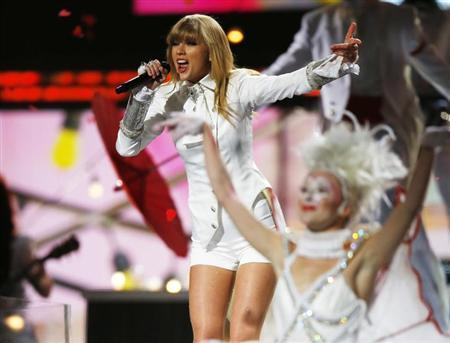 Taylor Swift performs at the 55th annual Grammy Awards in Los Angeles, California, February 10, 2013. REUTERS/Mike Blake