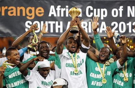 Nigeria's players celebrate winning the African Nations Cup (AFCON 2013) final soccer match against Burkina Faso in Johannesburg February 10, 2013. REUTERS/Thomas Mukoya