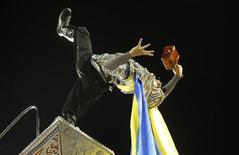 Membro da comissão de frente da Unidos da Tijuca no papel do herói mitológico Thor, em desfile na Marquês de Sapucaí neste domingo. 10/02/2012  REUTERS/Sergio Moraes