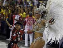 Rainha de bateria do Salgueiro, Viviane Araujo, desfila ao lado de componente mirim da bateria da escola de samba na Marquês de Sapucaí, na noite de domingo. 10/02/2012  REUTERS/Pilar Olivares