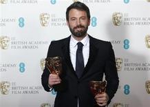 """""""Argo"""", dirigida por Ben Affleck, ganó el domingo el premio BAFTA a la mejor película, extendiendo una racha de victorias que la posiciona como una fuerte candidata a los Oscar. En la imagen, Affleck posa con los BAFTAS a la mejor película y el mejor director en Londres, el 10 de febrero de 2013. REUTERS/Suzanne Plunkett"""