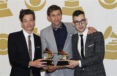 Gotye, FUN. y Mumford & Sons se llevaron los más altos honores en los premios Grammy la noche del domingo, que reconoció el trabajo de artistas de rap, indie-pop, folk y rock. En la imagen, los integrantes de FUN. con sus premios el 10 de febrero de 2013 en Los Ángeles. REUTERS/Mario Anzuoni