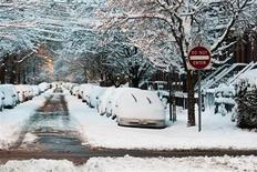 Занесенные снегом автомобили в Джерси-Сити, Нью-Джерси 9 февраля 2013 года. Мощные снегопады и сильные ветры, обрушившиеся на северо-восток США в выходные, привели к гибели как минимум 9 человек и обесточили дома сотен тысяч американцев на выходных. REUTERS/Eduardo Munoz