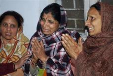 Una estampida en una estación de tren en el norte de India causó la muerte al menos a 36 peregrinos hindúes el domingo, en el día más concurrido del mayor festival religioso del mundo en el que se congregaron unos 30 millones de personas para lavar sus pecados en el sagrado río Ganges. En la imagen, unas mujeres lloran la muerte de sus familiares en la estampida en Allahabad, el 10 de febrero de 2013. REUTERS/Stringer