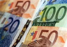 Купюры валюты евро в Варшаве 24 февраля 2012 года. Евро упал до двухнедельного минимума после комментариев Европейского центрального банка и на фоне политической нестабильности в Италии и Испании. REUTERS/Kacper Pempel