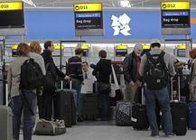 El tráfico de pasajeros subió un 0,3 por ciento interanual en el aeropuerto londinense de Heathrow en el mes de enero, dijo el gestor de la instalación, Ferrovial. En la imagen de archivo, unos pasajeros en el aeropuerto de Heathrow, el 16 de marzo de 2012. REUTERS/Luke MacGregor