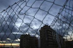 La actividad comercial inmobiliaria en España repuntó en diciembre justo un mes antes de la aplicación de la subida del IVA sobre la vivienda en enero de 2013, según datos divulgados el lunes por el Instituto Nacional de Estadística (INE). En la imagen, unos bloques de viviendas en Madrid, el 30 de noviembre de 2012. REUTERS/Juan Medina
