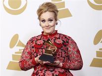 La edición número 55 de los premios Grammy, los principales honores de la industria de la música, se celebró el domingo en una ceremonia televisada en Los Angeles. En la imagen, de 10 de febrero, la cantante Adele posa con el Grammy que la acredita como mejor interpretación solista. REUTERS/Mario Anzuoni
